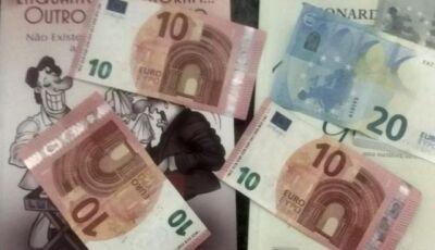Professor tenta localizar mulher que doou livro com 55 euros dentro