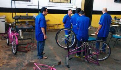 Em presídio de Nova Andradina, detentos transformam bicicletas apreendidas em cadeiras de rodas