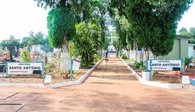 Homens invadem cemitério, quebram túmulos para furtar e acabam presos