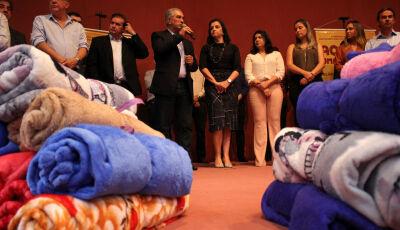 Cobertores entregues neste inverno vão aquecer 110 mil famílias em todos os municípios