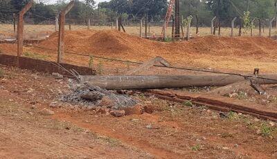 Batida derrubou 3 postes de concreto e destruiu ponto de ônibus deixando avenida sem energia