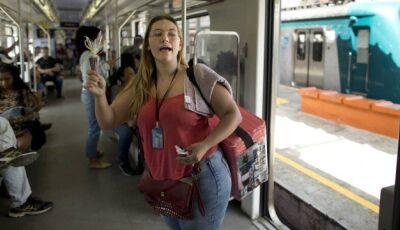 Irmãs estudantes de engenharia vendem doces nos trens do Rio para se sustentar