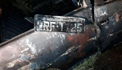 Com placas de Glória de Dourados, veículo fogo e fica totalmente destruído em colisão em Deodápolis