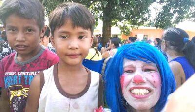 Animadora de festas se caracteriza como palhaça e faz a alegria da criançada em Fátima do Sul