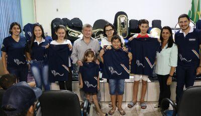 JATEÍ: Prefeitura entrega de novos instrumentos e uniformes aos alunos da Banda Marcial Raio de Luz