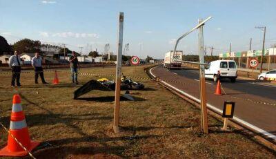 Passageira morre após homem colidir moto contra placa de sinalização em Dourados