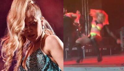 """Joelma canta """"A Lua Me Traiu"""" no exterior e cai no palco"""