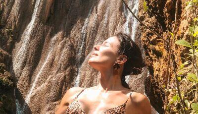 Curtindo férias em Bonito, Juliana Knust exibe corpo torneado de biquíni e brinca 'Na boca da onça'