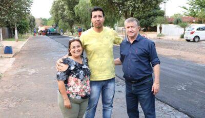 Asfalto chega em Rua que era de pedras irregulares, moradores agradecem e prefeito vistoria em Jateí