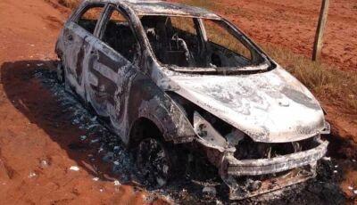 Em Glória de Dourados, veículo é encontrado incendiado na Zona Rural do município.