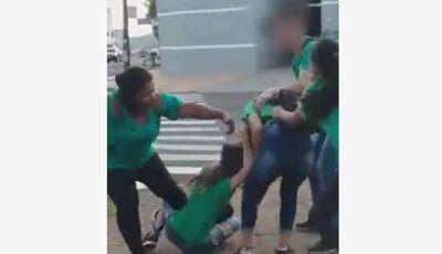 VÍDEO: alunas saem no tapa em calçada de delegacia na Capital
