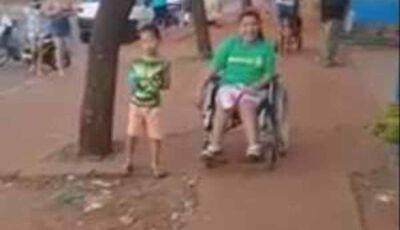 Giovanna quer ir à escola com a cadeira motorizada, mas calçada 'picotada' não deixa