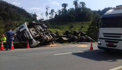 Carreta tomba e motorista, sem cinto de segurança, morre esmagado