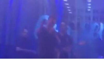 Eduardo Costa expulsa homem que agredia esposa durante show