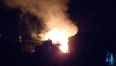 Residência é engolida pelo fogo e morador é atingido pelas chamas em Glória de Dourados