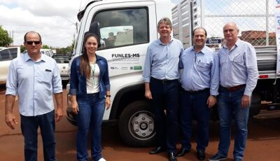 Com recursos do Funles, governo entrega caminhão para coleta seletiva em Rio Brilhante