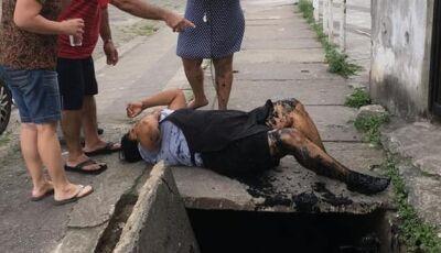 Mulher cai dentro de bueiro com dois metros de profundidade
