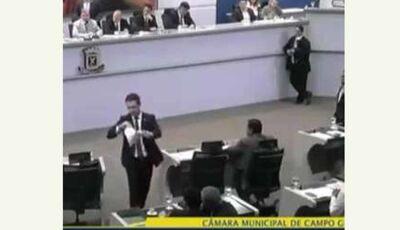 VÍDEO: Edil se exalta e rasga projeto reprovado na cara de vereadores na capital