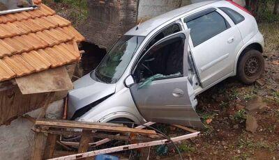 Homem é baleado com veículo em movimento e carro colide com casa