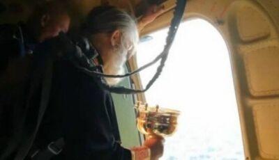 Contra sexo e álcool,padre despeja 70 litros de água benta sobre cidade