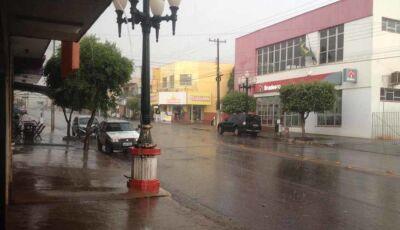 Sem previsão, forte chuva cai em Fátima do Sul nesta sexta feira