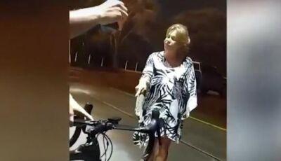 Ciclistas organizam protesto em posto onde 2 foram expulsos durante chuva na capital