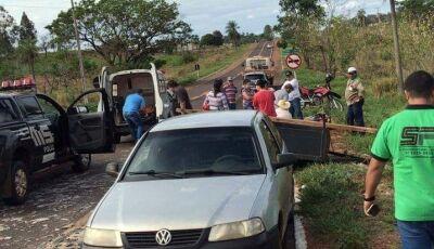 Veículo tomba carretinha carregada e homem que estava em cima fica ferido na saída para Deodápolis