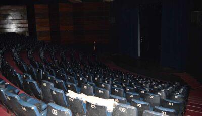 Vídeo mostra aguaceiro que provocou estragos e interrompeu apresentação no teatro em Dourados