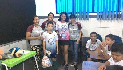 Acadêmicas realizam atividade cultural para o projeto Bom de Bola, Bom na Escola em Fátima do Sul