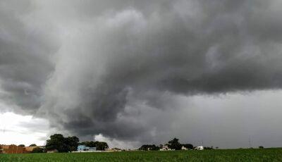 Inmet emite alerta de temporal com ventos de 60 km/h e queda de granizo