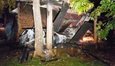 Ladrões roubam propriedade rural e colocam fogo em barracão com máquinas e veículos
