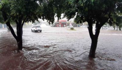 Durante tempestade, 110 raios atingiram cidade em chuva de 20 minutos