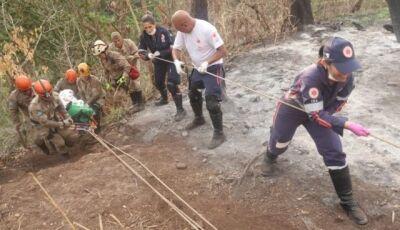 Bombeiros e Samu levam 1 hora para resgatar locutor que caiu em cachoeira