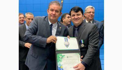 Prefeito de Vicentina, Marquinhos do Dedé se emociona ao receber homenagem na Assembleia Legislativa