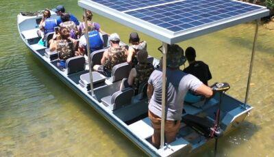 Barco sustentável movido a energia solar é atração nas águas do Rio Mimoso em Bonito (MS)