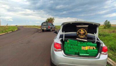 DOF recupera veículo furtado carregado com quase 900 quilos de maconha em Glória de Dourados