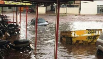 Forte chuva causa prejuízos e alaga ruas e avenidas da cidade em Ivinhema