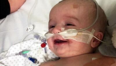 Bebê acorda do coma e sorri para o pai, após 7 meses