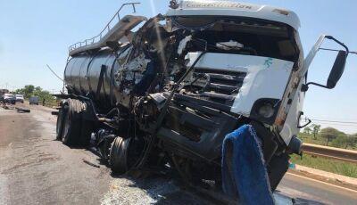 Com placa de Glória de Dourados, grave acidente entre caminhões deixa cinco pessoas feridas em MS