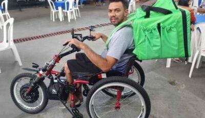 Cadeirante desempregado usa kit e vira entregador de comida - Vídeo