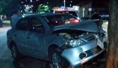 Condutora perde controle do veículo e bate de frente em árvore em Glória de Dourados