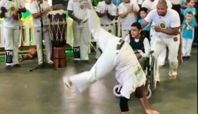 Professor joga capoeira com aluno cadeirante e emociona web