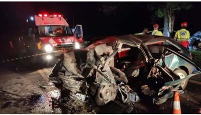Violento acidente com colisão frontal deixa três mortos e três feridos.