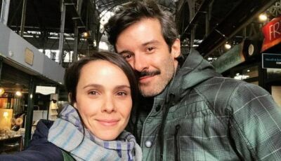 """Débora Falabella posta foto e assume namoro com o ator Gustavo Vaz: """"Amor com poesia"""""""
