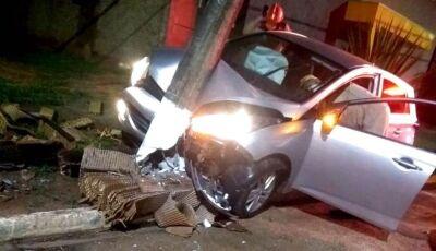 IVINHEMA: Mulher perde controle de carro e bate em poste