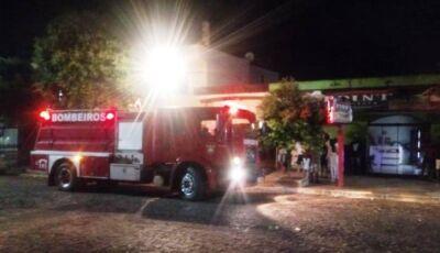 Mulher coloca fogo em carro que atinge moto e parte de escritório de advogado em Deodápolis