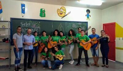 Glória de Dourados: Professor Fábio Germano presenteia Colégio Eufrosina com 10 instrumentos de Cord