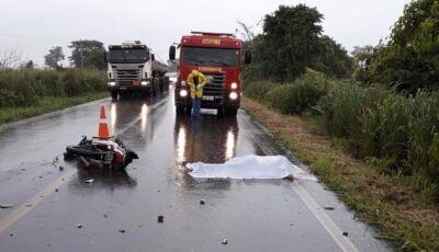Motociclista morre ao colidir frontalmente com carreta em MS