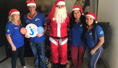 Equipe da Jota FM distribui diversas cesas básicas e panettones do Natal Solidário em Deodápolis
