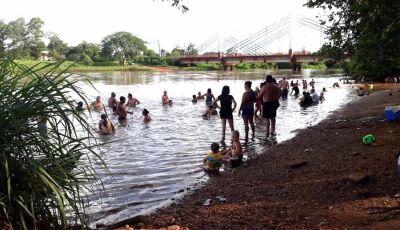Calorão de quase 40 graus levam banhistas a refrescar no Rio em Fátima do Sul